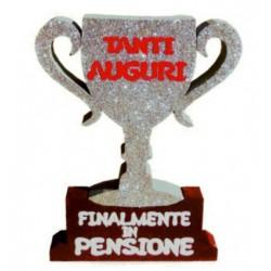 """Sagoma polistirolo Trofeo con scritta """"Finalmente in pensione"""""""